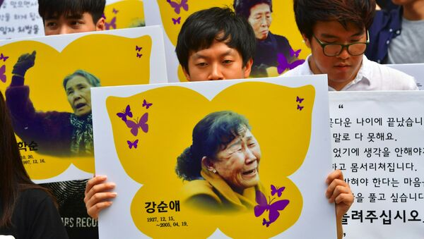South Korean protesters hold placards showing portraits of former comfort women during a rally against the Reconciliation and Healing Foundation outside an office of the foundation in Seoul on July 28, 2016. - Sputnik France