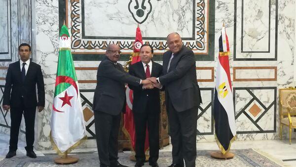 Les ministres des Affaires étrangères algérien, tunisien et égyptien, Abdelkader Messahel, Khemaïes Jhinaoui et Sameh Chokri, à Tunis, le 17 décembre 2017 - Sputnik France