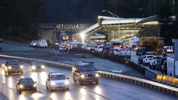 Traffic moves along northbound Interstate 5, left, as southbound lanes are filled with emergency vehicles near the scene of an Amtrak train crash Monday, Dec. 18, 2017, in DuPont, Wash. - Sputnik France