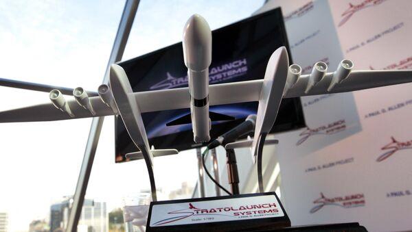 Une maquette de l'avion lanceur géant Stratolaunch - Sputnik France
