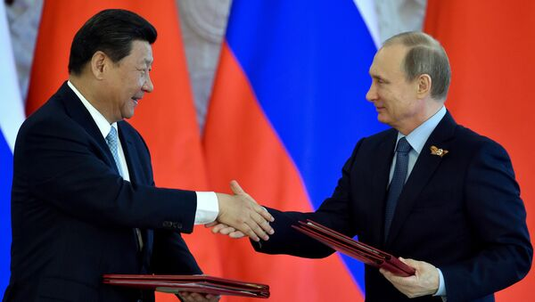 O presidente chinês Xi Jinping e o presidente russo Vladimir Putin durante a cerimônia de assinatura de documentos em Kremlin, Moscou, 8 maio de 2015 - Sputnik France