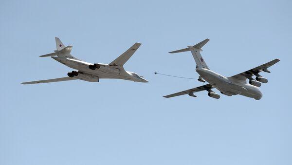 Un T-160 se ravitaillant auprès du Il-78 - Sputnik France