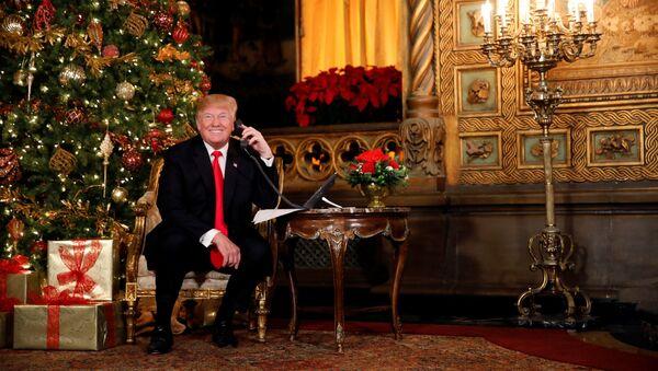 U.S. President Donald Trump participates in NORAD (North American Aerospace Defense Command) Santa Tracker phone calls with children at Mar-a-Lago estate in Palm Beach, Florida, U.S., December 24, 2017. - Sputnik France