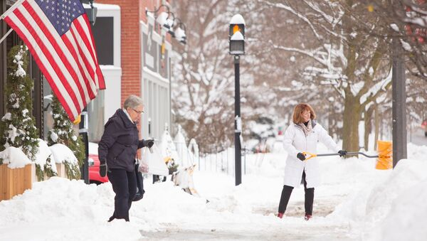 Woman shovels snow during the first lake effect snowfall of the season in the Buffalo suburb of East Aurora, New York, U.S. December 8, 2017. - Sputnik France