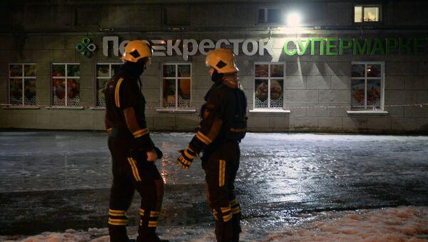 Сотрудники МЧС у входа в магазин Перекресток в Санкт-Петербурге, где произошел взрыв - Sputnik France
