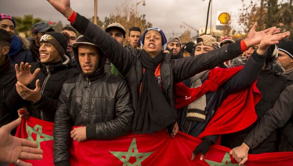 Moroccans shout slogans and wave their national flag as they participate in a demonstration after the funeral of two brothers who died while digging in an abandoned coal mine in the northeastern city of Jerada, 60 kilometres southwest of Oujda, on December 27, 2017. - Sputnik France