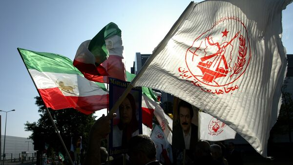 Members of the National Council of Resistance of Iran (NCRI), the political arm of the People's Mujahedin of Iran, which has been declared a terrorist organization in the EU and the United States, demonstrate 15 October 2007 against EU policy toward Iran in front of EU headquarters in Luxembourg during an External Relations Council meeting Luxembourg. - Sputnik France