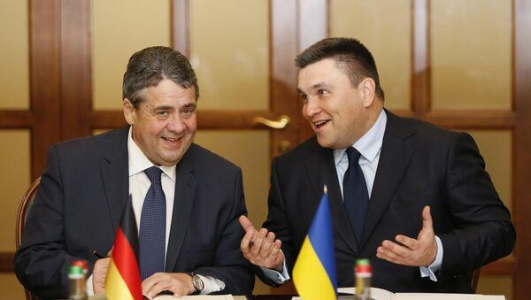 Deutschlands Außenminister Sigmar Gabriel (L) und sein Kollege aus Ukraine - Pawel Klimkin (Archiv) - Sputnik France