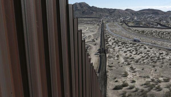Barrière à la frontière américano-mexicaine - Sputnik France