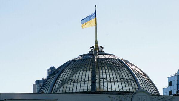 Le drapeau ukrainien sur le bâtiment du parlement à Kiev - Sputnik France