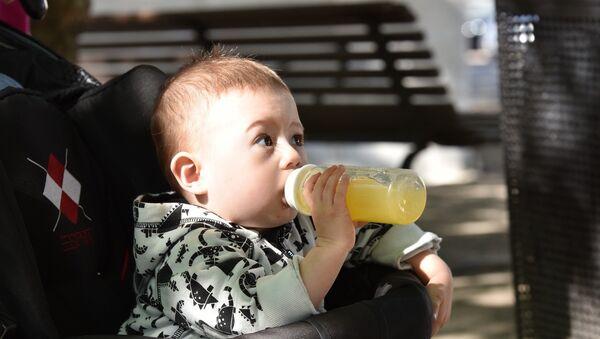Ein Baby trinkt Orangensaft - Sputnik France