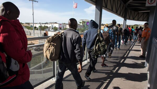 Haitian migrants seeking asylum in the United States, queue at El Chaparral border crossing in the hope of getting an appointment with US migration authorities, in the Mexican border city of Tijuana, in Baja California, on October 7, 2016 - Sputnik France