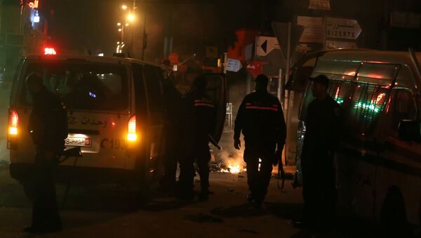 Les véhicules de police devant une barrière de pneus en flammes à Tunis - Sputnik France
