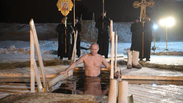 Poutine se baigne dans le lac Seliger à l'occasion de la Théophanie - Sputnik France