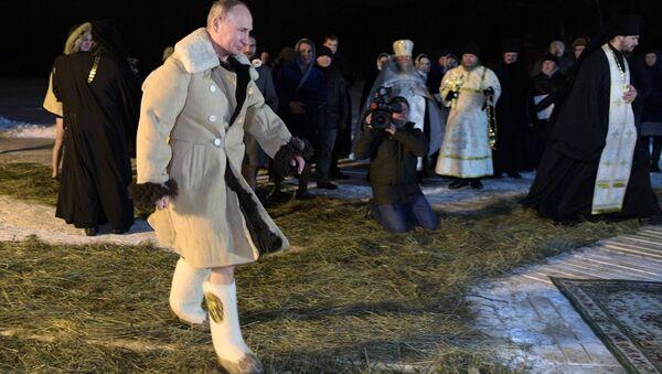 La baignade de Vladimir Poutine à l'occasion de la fête de la Théophanie - Sputnik France
