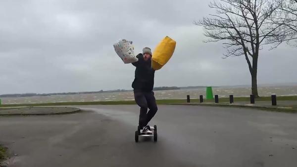 Un kit pour véliplanchiste débutant: deux sacs et un skateboard - Sputnik France