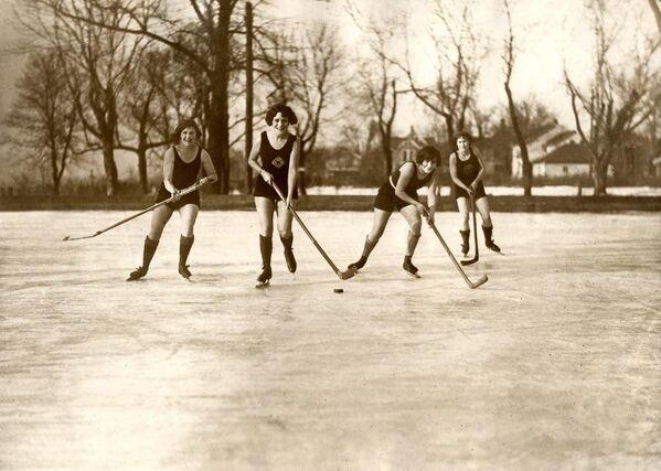 Женский хоккей на люду в купальниках. Миннеаполис, США, 1925 год. Архивное фото - Sputnik France