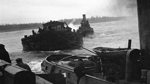 Acheminement de vivres à Leningrad à bord d'un bateau - Sputnik France