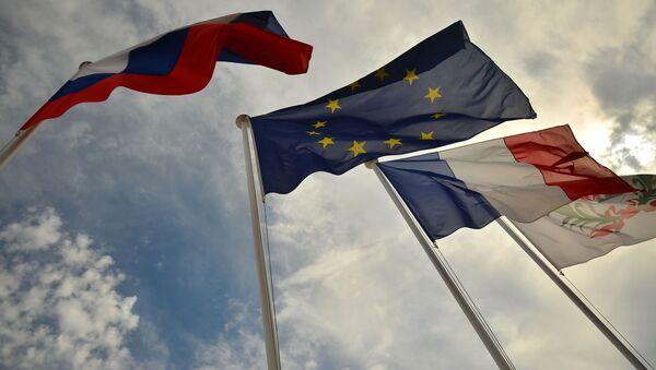 Флаги России, ЕС, Франции и герб Ниццы на набережной Ниццы - Sputnik France