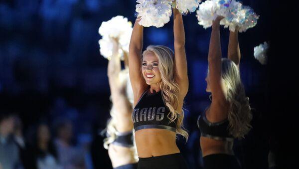 Les danseurs de Dallas Mavericks se produisent avant un match de basketball - Sputnik France