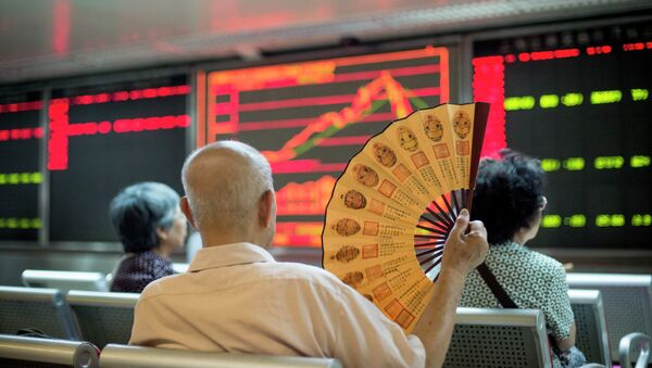 Investors look at screens showing stock market movements at a securities company in Beijing on July 28, 2015 - Sputnik France