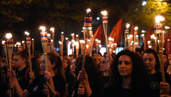 Les participants à une procession aux flambeaux consacrée à la mémoire des victimes du génocide arménien dans l'Empire ottoman de 1915, Erevan - Sputnik France