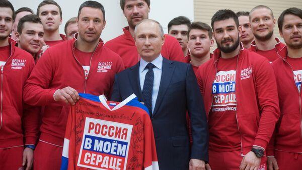 Vladimir Poutine et des membres de la sélection russe des Jeux olympiques 2018 - Sputnik France