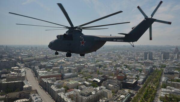 Un hélicoptère de transport lourd Mi-26 survole Moscou - Sputnik France