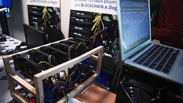 Une mine de bitcoin présentée lors de la conférence Russian Blockchain Week 2017 à Moscou - Sputnik France