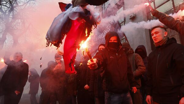 Activists and supporters of Ukrainian nationalist parties and movements burn the Russian state flag, which was seized from the office of the Russian Centre of Science and Culture, during a protest in Kiev, Ukraine February 17, 2018. - Sputnik France
