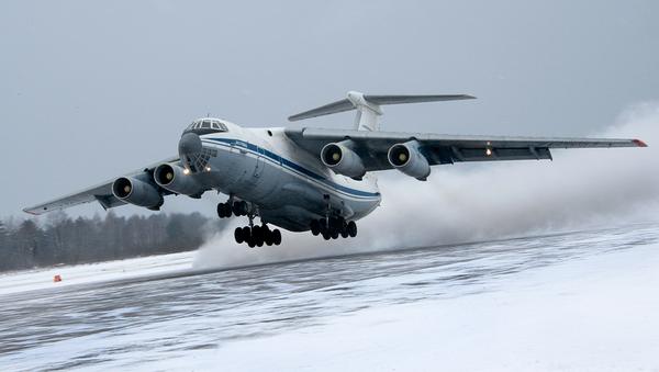 Выполнение посадки на грунтовый аэродром самолетами Ан-22 «Антей», Ил-76МД и Ан-26 ВТА России в сложных метеоусловиях (Тверская обл.) - Sputnik France