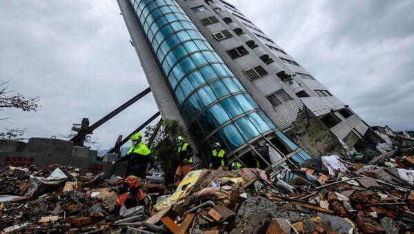 Спасатели выходят из здания Yun Tsui, которое поддерживается подпорками после землетрясения городе Хуалянь, Тайвань - Sputnik France