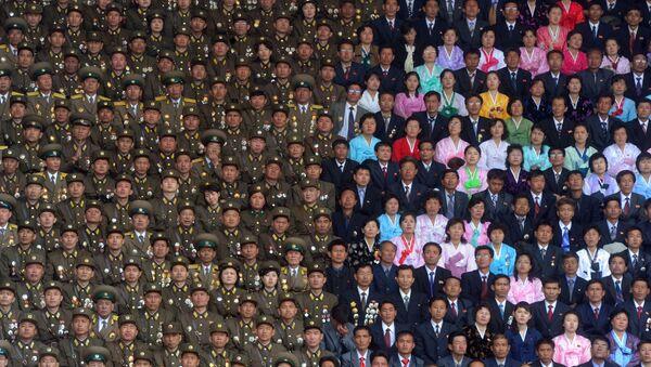 Солдаты Корейской народной армии и жители Пхеньяна на стадионе имени Ким Ир Сена - Sputnik France