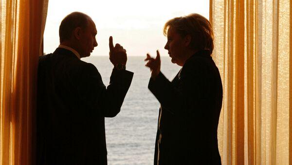 Президент России Владимир Путин и канцлер Германии Ангела Меркель во время встречи в сочинской резиденции президента России Бочаров ручей, 2007 год - Sputnik France