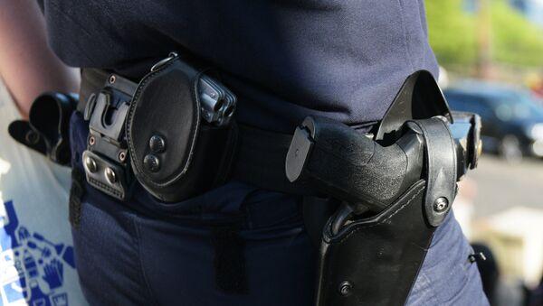 Оружие на поясе парижского полицейского. - Sputnik France