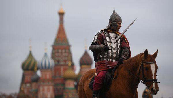 Un pratiquant de reconstitution historique sur la place Rouge à Moscou - Sputnik France
