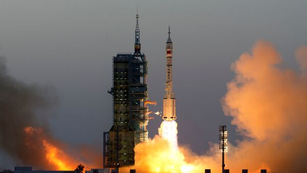Shenzhou-11 manned spacecraft carrying astronauts Jing Haipeng and Chen Dong blasts off from the launchpad in Jiuquan, China - Sputnik France