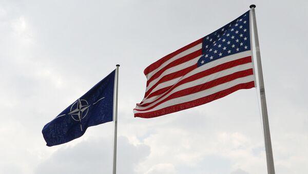 Флаги США и НАТО у штаб-квартиры НАТО в Брюсселе. - Sputnik France