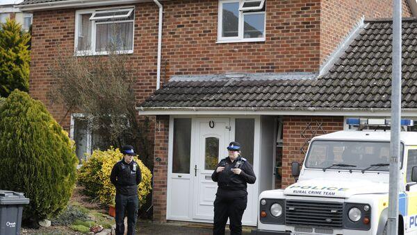 Des policiers devant la maison de l'ancien agent double Sergei Skripal à Salisbury, le mardi 6 mars 2018 - Sputnik France