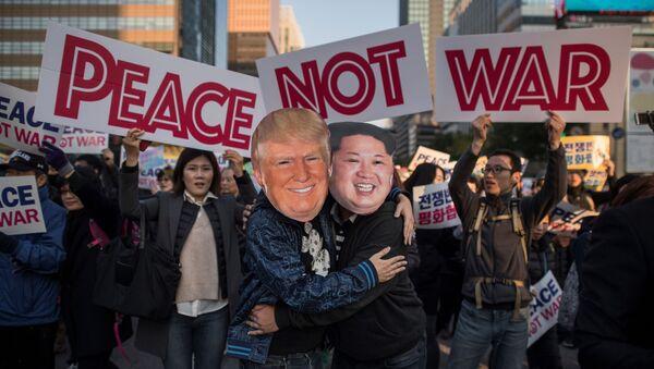 Des manifestants portant des masques de Donald Trump et de Kim Jong-un - Sputnik France