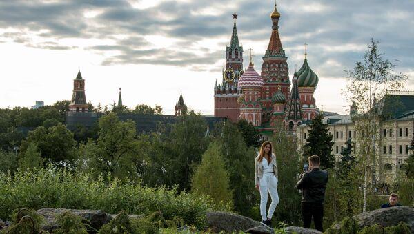 Посетители на территории природно-ландшафтного парка Зарядье в Москве - Sputnik France