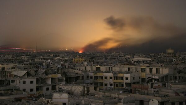Lights and smoke are seen during Syrian government bombardment on the rebel-controlled town of Arbin, in the besieged Eastern Ghouta region on the outskirts of the capital Damascus, on late March 11, 2018 - Sputnik France
