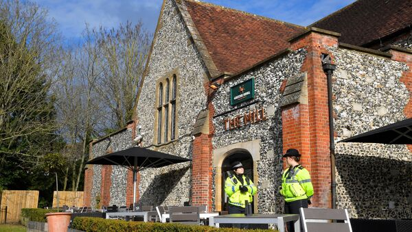 Police officers stand outside a pub near to where former Russian inteligence officer Sergei Skripal, and his daughter Yulia were found unconscious after they had been exposed to an unknown substance, in Salisbury, Britain, March 7, 2018 - Sputnik France
