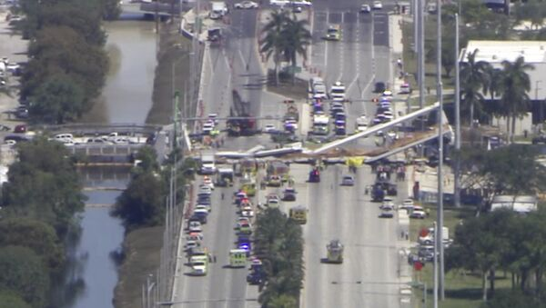 In this frame from video, emergency personnel work at the scene of a collapsed bridge in the Miami area, Thursday, March 15, 2018. - Sputnik France