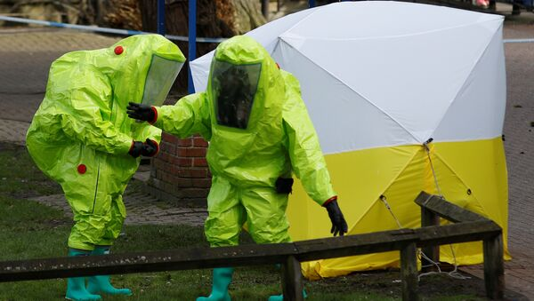 The forensic tent, covering the bench where Sergei Skripal and his daughter Yulia were found, is repositioned by officials in protective suits in the centre of Salisbury, Britain, March 8, 2018 - Sputnik France