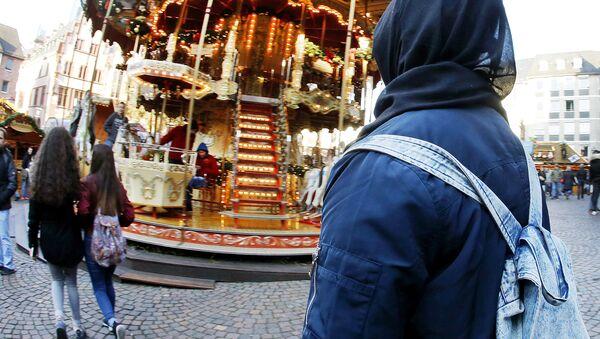 Une musulmane dans un marché de Noël en Allemagne - Sputnik France