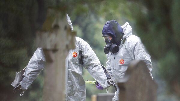 Members of the emergency services help each other to remove their protective suits at the site of the grave of Luidmila Skripal, wife of former Russian inteligence officer Sergei Skripal, at London Road Cemetery in Salisbury, Britain, March 10, 2018. - Sputnik France