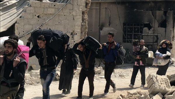 Des civils quittent la Ghouta orientale par le couloir humanitaire à Hammouria - Sputnik France