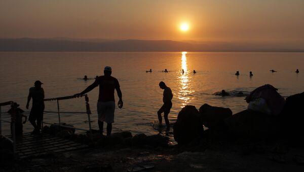 Tourists and local residents visit the Dead Sea beach, 34 miles (55 kilometers) southeast of Amman, Jordan, Friday, June 29, 2012 - Sputnik France