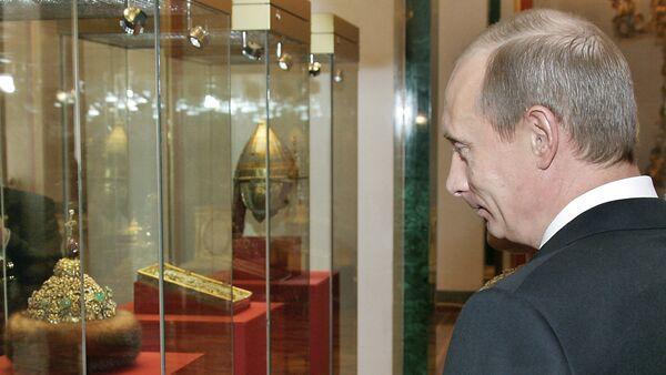 Президент РФ Владимир Путин в одном из музеев Московского Кремля, 7 марта 2006 года - Sputnik France